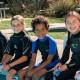 Niños buceando en piscina