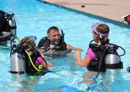 Niños haciendo la actividad en piscina